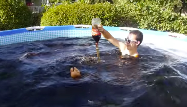 Se baña en una piscina llena de Coca-Cola y Mentos