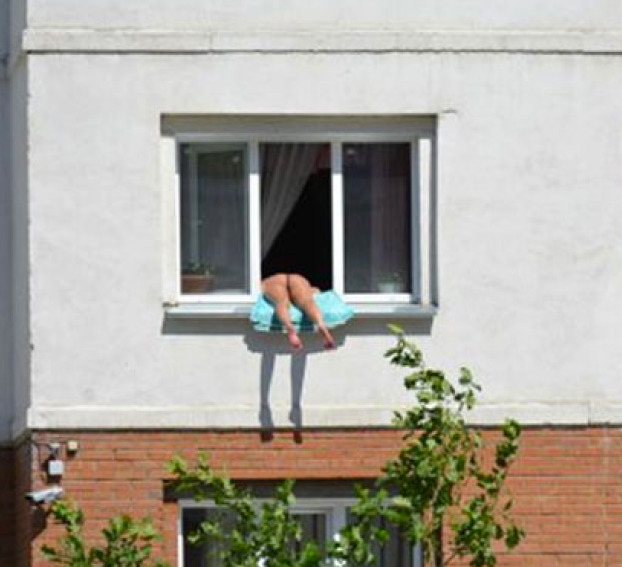 bronceado-mujer-rusa-cornisa-ventana-2