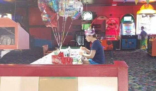 chica-autismo-celebrando-cumpleanos-sola-1