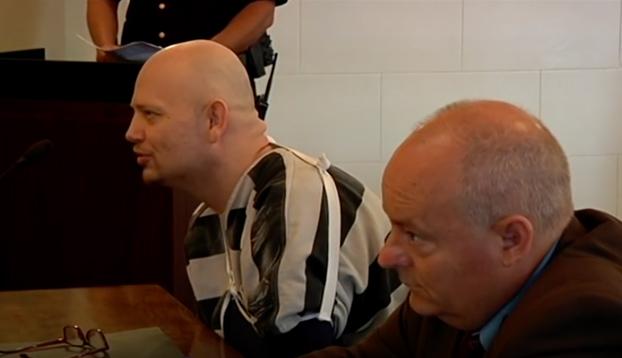 Un hombre condenado a 40 años le lanza su orina y heces al juez (Vídeo)