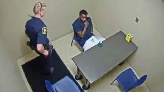 Atención a lo que hace este sospechoso de asesinato en la sala de interrogatorio