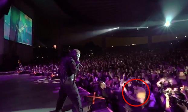 El líder de Slipknot ve a un fan distraído durante un concierto y le hace lo siguiente...