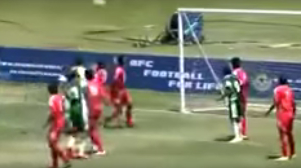 Se queda con el balón entre las piernas y los jugadores contrarios se lo intentan quitar a las malas
