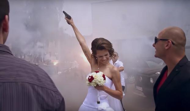 La boda de un hooligan búlgaro: coches de lujo, disparos y muchas bengalas
