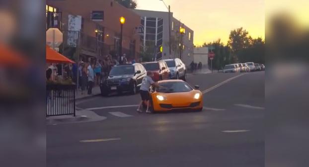 Mejor ángulo en el que se puede ver como el chico del skate le rompe la luna a un McLaren