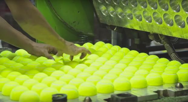 Así es como se hacen las pelotas de tenis