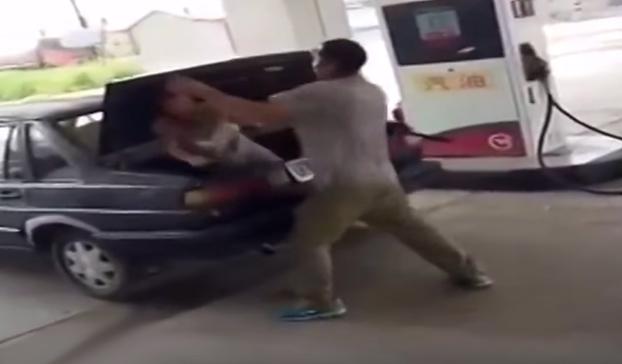 Un hombre golpea a su mujer y la mete en el maletero del coche en plena gasolinera