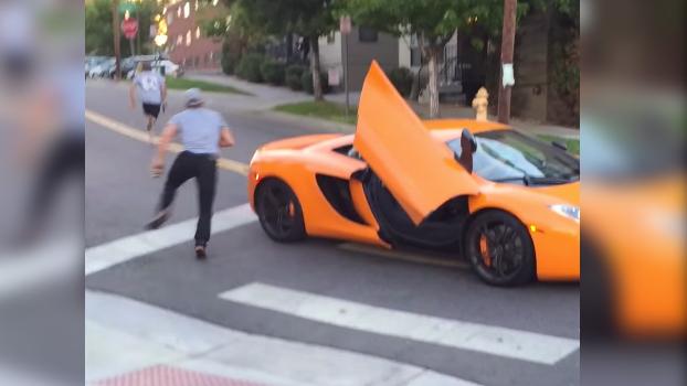 Karma instantáneo: El conductor del McLaren se saltó el stop y esto es lo que le ocurrió