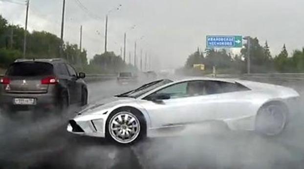 Pierde el control de su Lamborghini Silver en una carretera llena de agua