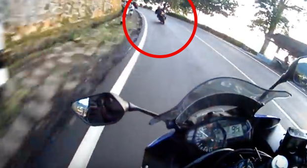 Un motorista se cae de la moto y evita estamparse contra el coche que viene de frente