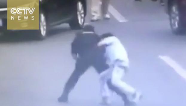 Una mujer policía neutraliza a un hombre armado con una maniobra de película