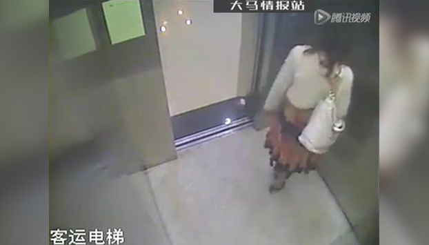 Entra en el ascensor y aprovecha que va sola para liberarse