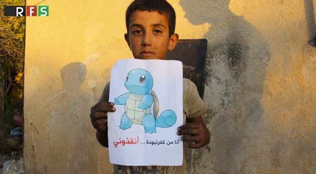 Niños sirios muestran carteles de Pokémon para que les rescaten los jugadores de Pokémon Go