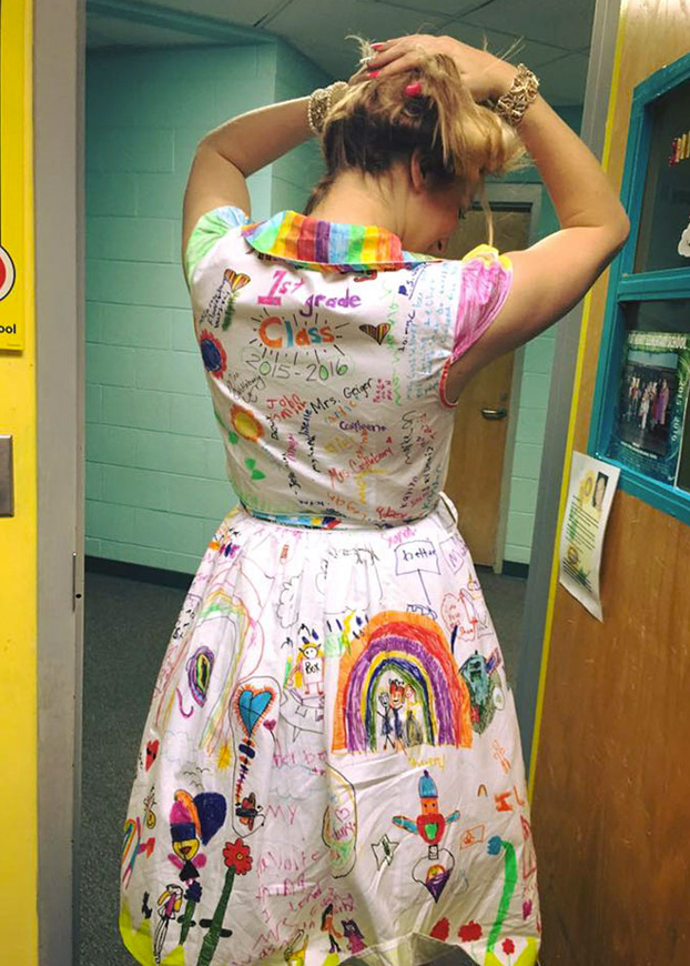 profesora-deja-ninos-pinten-vestido-4