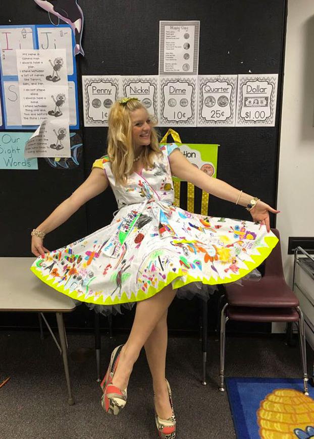 profesora-deja-ninos-pinten-vestido-5