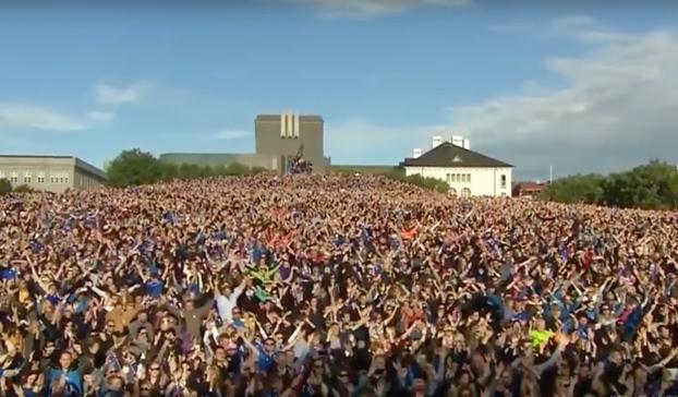 El espectacular recibimiento 'vikingo' a la selección de Islandia al llegar a Reikiavik