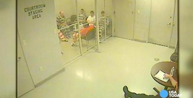 Varios reclusos se escapan de su celda para ayudar a un guardia que sufrió un infarto (Vídeo)