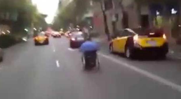 Graban a un señor bajando en silla de ruedas por el carrer de Muntaner en Barcelona (Vídeo)