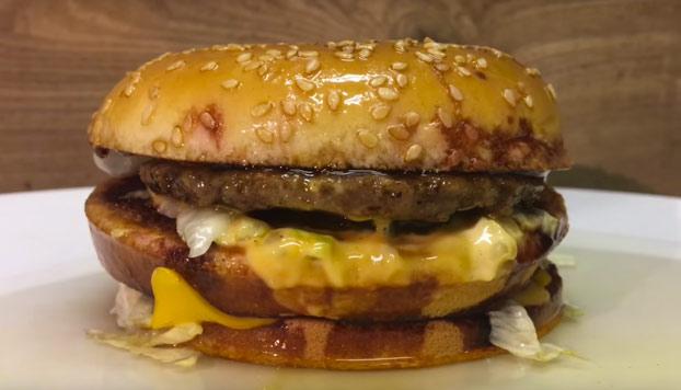 Esto es lo que ocurre si echamos ácido sulfúrico sobre una hamburguesa Big Mac