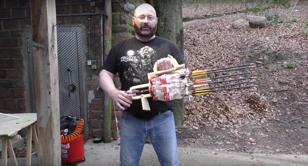 Crea un arma letal con unas botellas de Coca-Cola y unas flechas