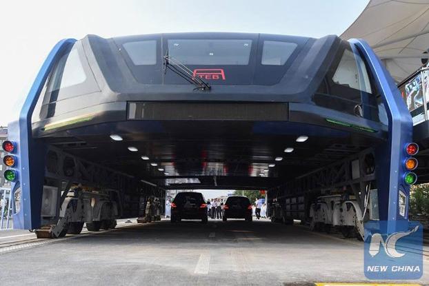 Primer ensayo del bus chino que circula sobre el trafico de automóviles (Vídeo)