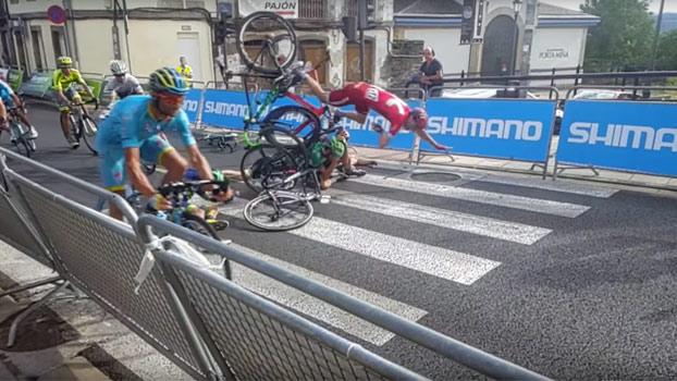 A cámara lenta: Caída en La Vuelta 2016 a su paso por el centro de Lugo