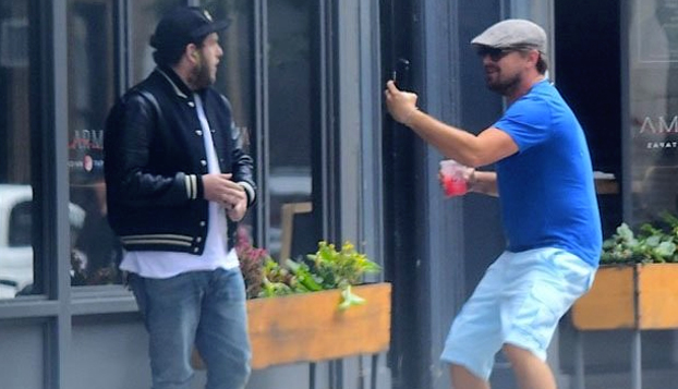 Leonardo DiCaprio simula ser un fan y asusta a Jonah Hill