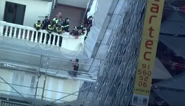 Las imágenes de cómo un bombero se jugó la vida para salvar a un suicida en el centro de Madrid