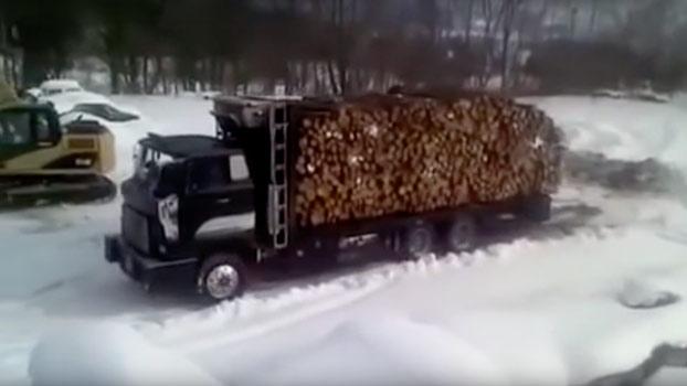 Camionero descargando toda la leña del camión like a boss