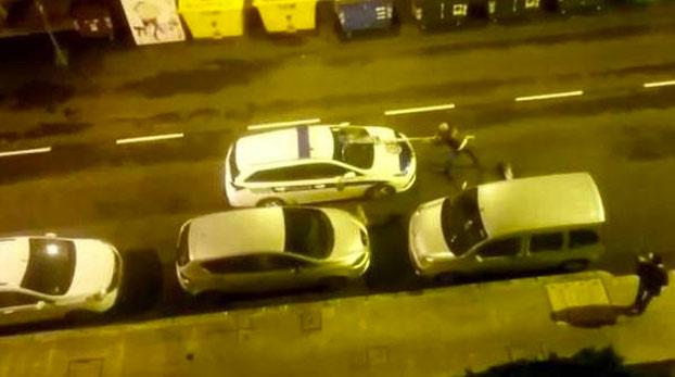 Un hombre borracho ataca con una señal de tráfico a dos coches de la policía municipal Etxebarri, Bizkaia