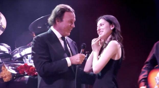 ¿Qué ocurre cuando Julio Iglesias está cantando y sube una fan al escenario? Pues claro...