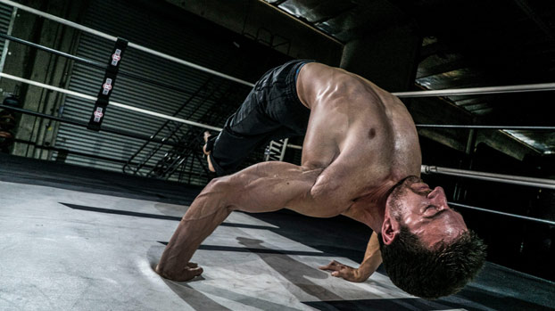 Simonster, un superhombre capaz de hacer flexiones y ejercicios increíbles