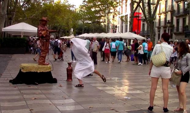 Un youtuber causa el pánico en Barcelona al tirar una mochila al grito de ''Alá es grande''