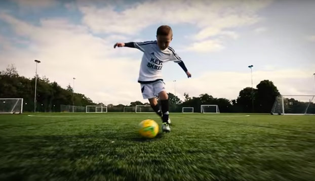 Se llama Keyl, tiene 8 años y ojo a la calidad con el balón