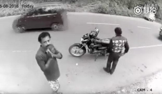 Una ladrón se da cuenta de que ha sido pillado por la cámara y acto seguido se arrepiente y pide perdón