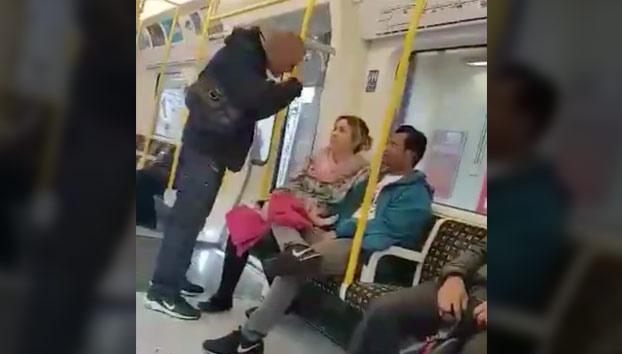Ataque racista en el metro de Londres. Ojo a la reacción de una mujer española