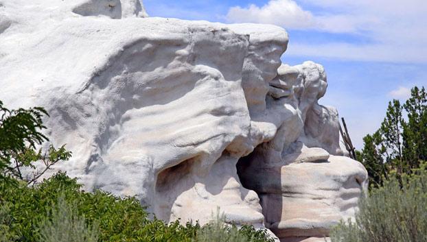 Sale a la venta una casa que parece una roca gigante. Integrada a la perfección en el entorno