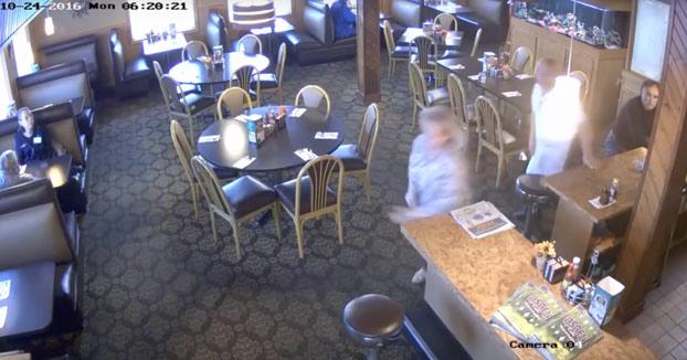 Estás comiendo tranquilamente en un restaurante cuando de repente...