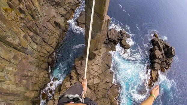 Cuerda floja en la formación rocosa Moai Tower, en la costa sur este de Tasmania