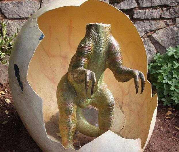 estatua-dinosaurio-bebe-parque-devon-1