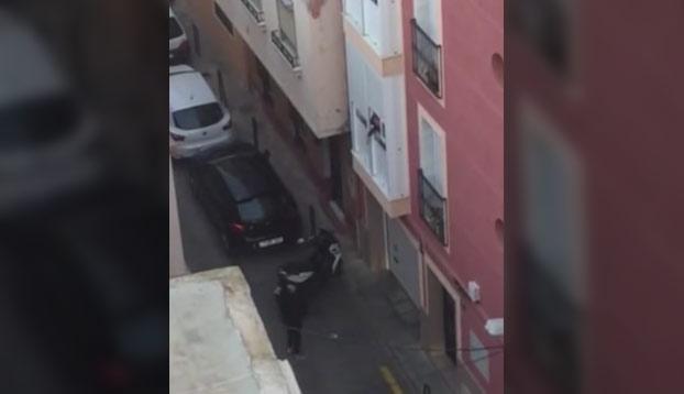 Mientras tanto, en Almería: Un vecino escucha ruidos en la calle, coge el móvil y se pone a grabar