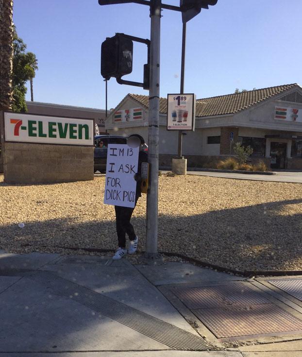 Una madre obliga a su hija a sujetar un cartel en la calle que pone: ''Tengo 13 y pido fotos de penes''