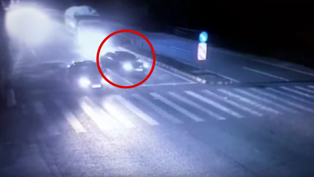 La maniobra tardía de un conductor provoca este fatal accidente