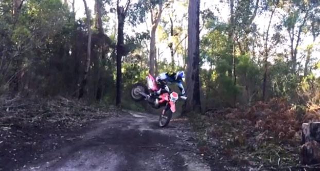 Motocross: Parece que se va a pegar la piña de su vida, pero ojo al truco...