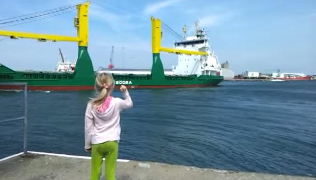 Cuando le pides al capitán de un enorme buque que toque la bocina y te llevas un susto tremendo