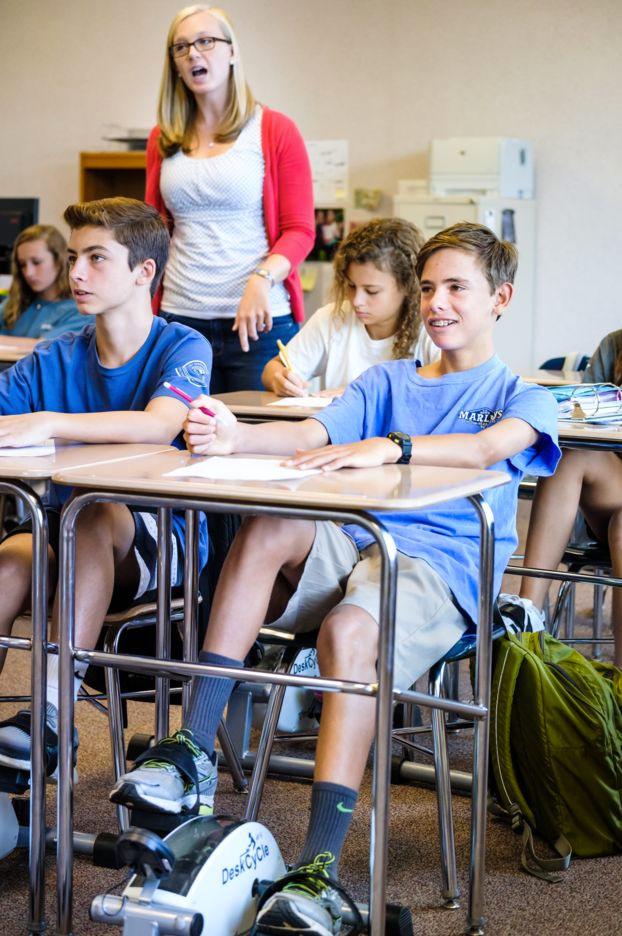pedales-debajo-pupitres-colegio-3
