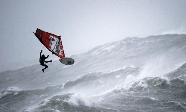Windsurf extremo en condiciones climáticas cercanas a un huracán