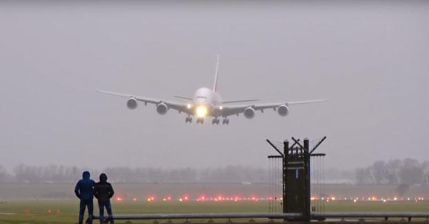 Espectacular aterrizaje del avión comercial más grande del mundo con viento cruzado