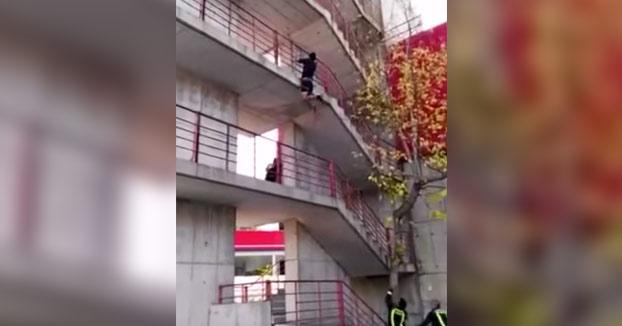¿Cómo se llega antes a lo alto del edificio? ¿corriendo por las escaleras o escalando por la fachada?