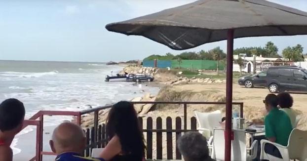 Graban desde un chiringuito el desembarco de droga a plena luz del día en Chipiona, Cádiz